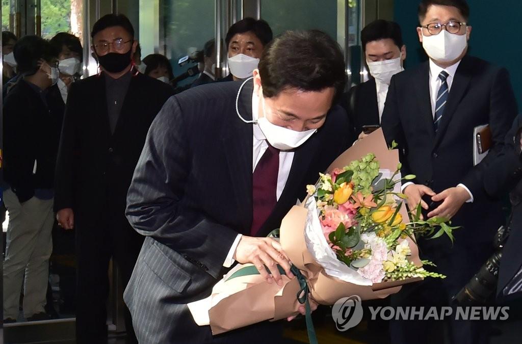 """오세훈, 서울시의장 만나 """"열심히 해보겠다"""" 고개 숙여"""
