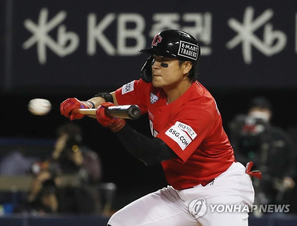 느린 직구에 고전하는 추신수…한국 야구 '적응 중'