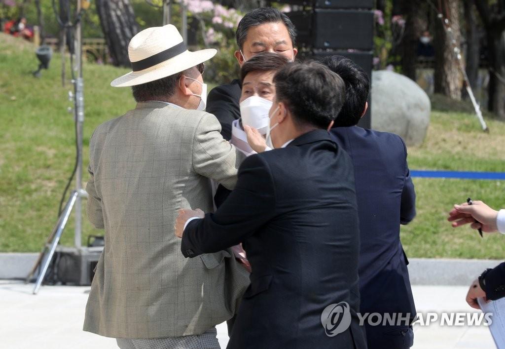 광복회, 오늘 '김원웅 멱살' 징계 논의…반대회원 맞불 집회
