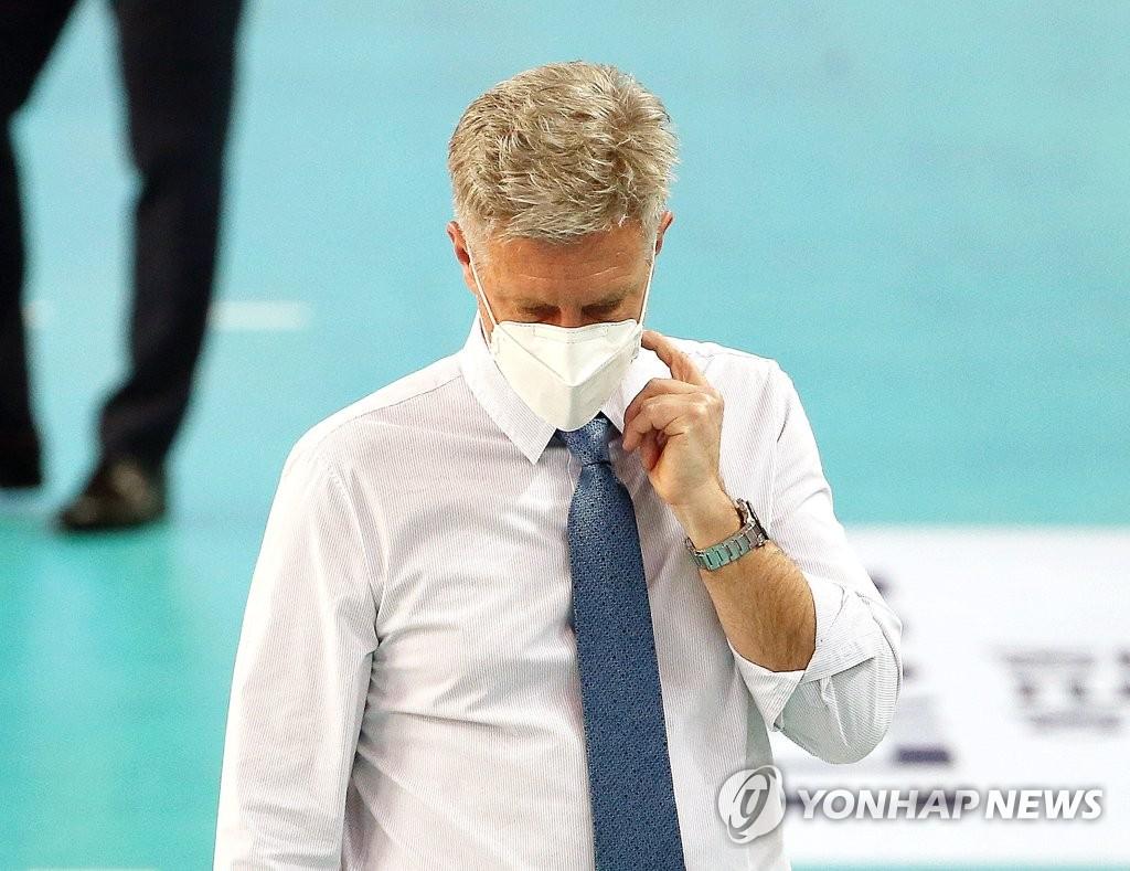 """'승장' 신영철 감독 """"자만하면 큰일 납니다…마지막까지 집중"""""""