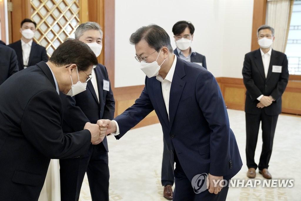 """문대통령, 기업인들과 '경제국무회의'…""""정부·기업 한몸"""""""