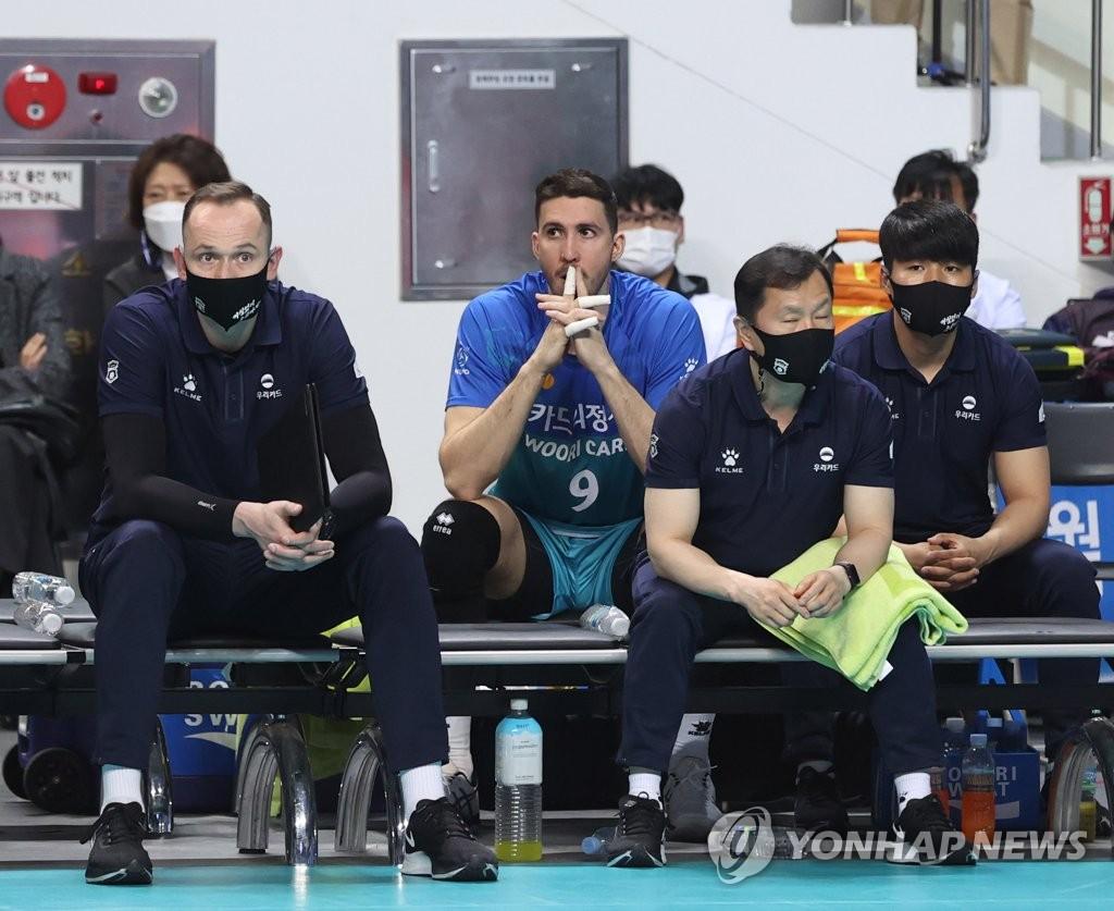 """신영철 감독 """"알렉스 몸 상태, 경기 직전에 알았다…회복하길"""""""