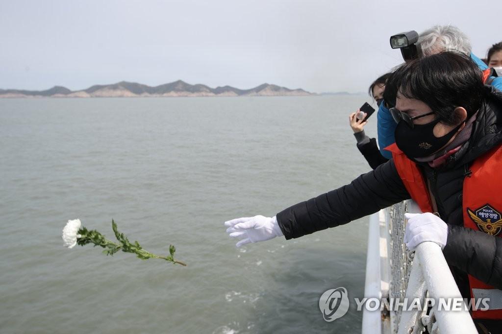 차가운 바다에는 흰 꽃잎만…눈물 속 세월호 7주기 선상 추모식