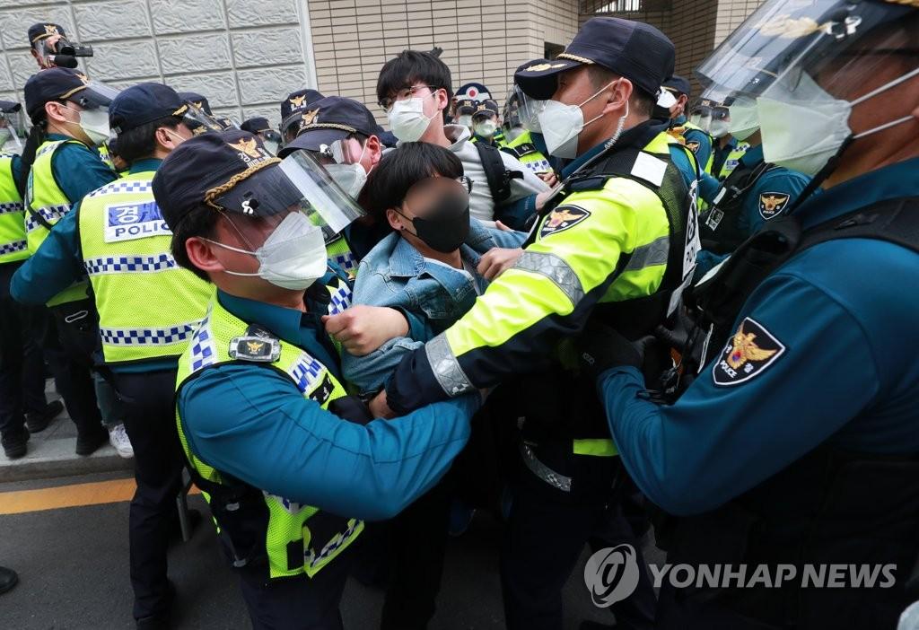 """부산청년들 일본영사관 앞 이틀째 시위…""""영사관 폐쇄하라"""""""