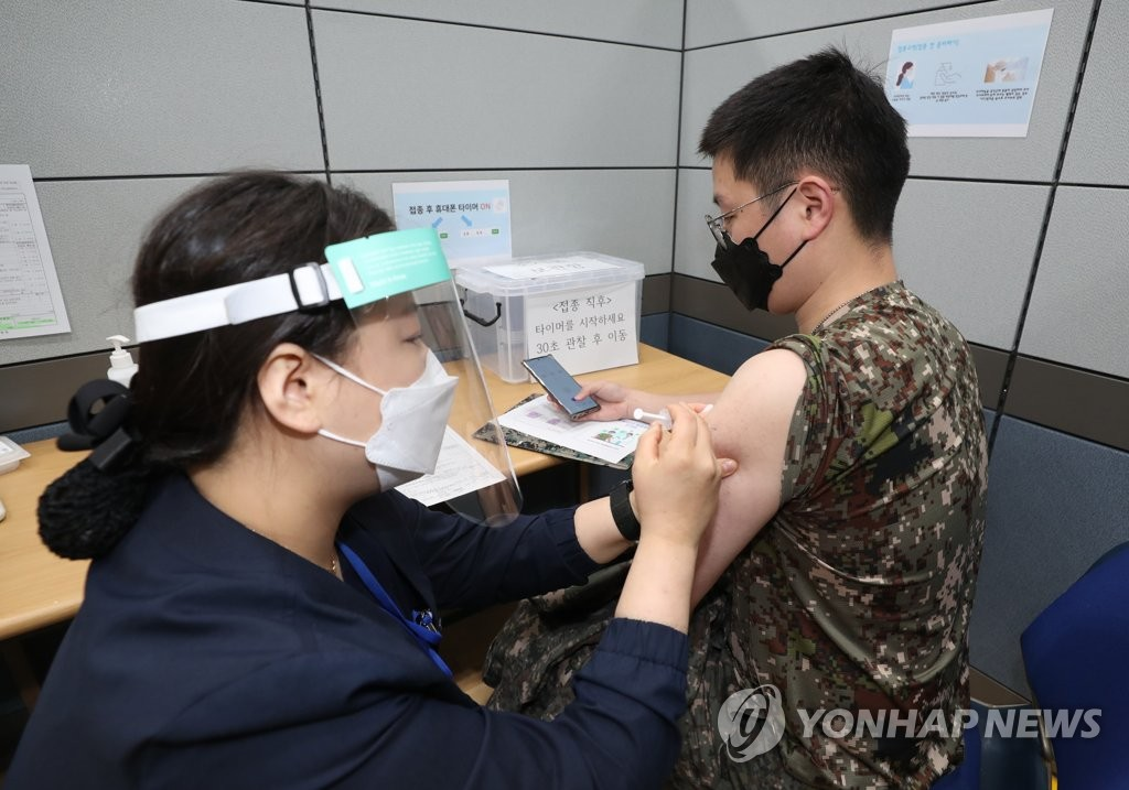 [고침] 정치(군, 30세 이상 장병 백신 접종 시작…경증 발…)