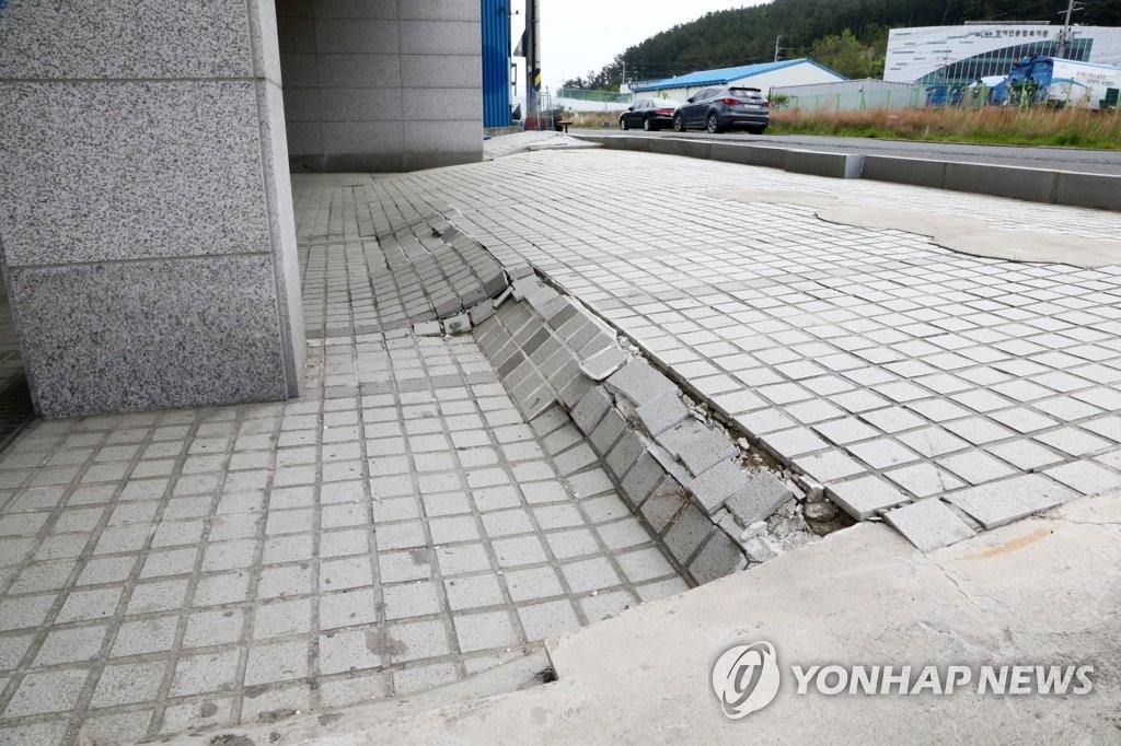 포항 땅속이 불안하다…공동 발생·지반 침하로 건물 기우뚱