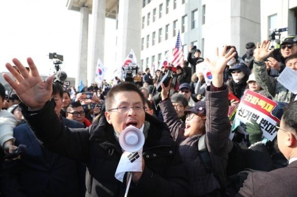 2019년 12월 당시 황교안 자유한국당(현 국민의힘) 대표가 서울 여의도 국회에서 열린 '공수처법 선거법 날치기 저지 규탄대회' 참가자들과 함께 시위를 벌이고 있다. /사진=연합뉴스