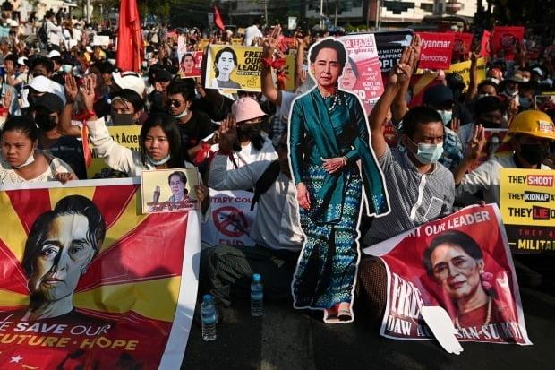 지난 2월 미얀마 최대 도시 양곤에서 시민들이 아웅산 수치 국가고문의 사진을 들고 군부 쿠데타에 반대하는 시위를 벌이는 모습. /사진=로이터