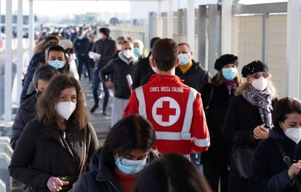 이탈리아 수도 로마의 피우미치노 공항에 마련된 신종코로나바이러스감염증(코로나19) 백신 접종 허브에 방문자들이 줄지어 차례를 기다리고 있다. /사진=EPA