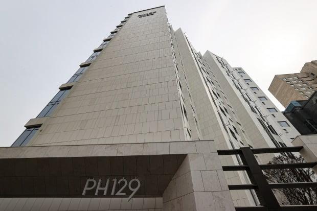 3월 15일 국토교통부가 발표한 공통주택 공시지가에서 전국 최고가 아파트로 등극한 서울 강남구 청담동 '더펜트하우스청담(PH129)'(왼쪽 하얀 건물)의 모습. /사진=연합뉴스