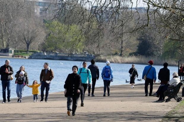 영국 런던 시민들이 하이드파크에서 산책을 즐기고 있다. /사진=AP
