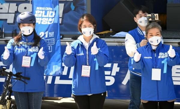 박영선 지원유세 나선 더불어민주당 고민정(가운데) 사진=연합뉴스