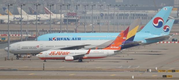 인천국제공항 주기장에 세워진 대한항공과 아시아나 항공기들. 사진=연합뉴스