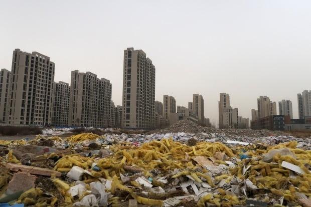 중국 허베이성의 한 신축 아파트단지 앞에 공사 잔해물이 펼쳐져 있다. 사진=REUTERS