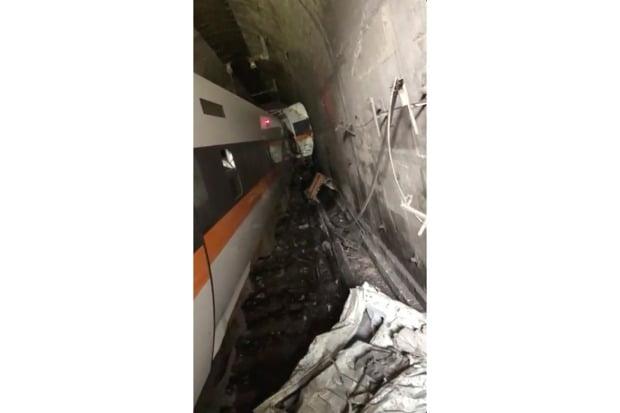 대만 동부 화롄의 한 터널에서 2일 열차가 탈선한 모습을 담은 동영상의 캡처.(사진=AP=연합뉴스)