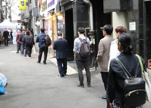 4·7 재·보궐선거 사전투표 첫날인 2일 투표 마감 시간을 30분 정도 앞두고 소공동 사전투표소에 시민들이 줄지어 있다. /사진=연합뉴스