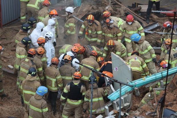 지난 4일 오후 광주 동구 계림동 주택가에서 철거 중에 건물 붕괴로 작업자 4명이 매몰됐다. 사진은 사고 현장에서 119 구조대원 등이 매몰자를 구조작업 하는 모습. /사진=연합뉴스