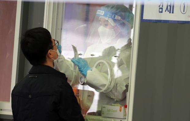 서울 중구 서울역 선별진료소에서 한 시민이 코로나19 검사를 받고 있다. /사진=연합뉴스