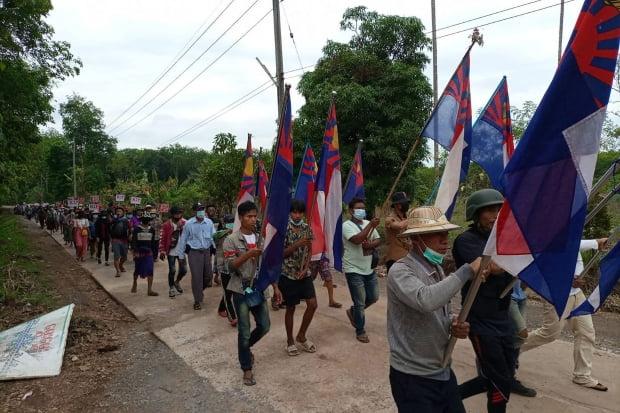 지난 5일(현지시간) 미얀마 동부 카렌주의 한 마을 주민들이 군부 쿠데타 규탄 시위를 벌이며 행진하고 있다. 사진=연합뉴스