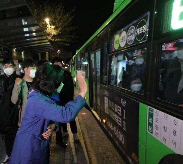 지난 6일 박영선 더불어민주당 서울시장 후보가 구로동을 출발해 개포동으로 향하는 버스를 타고 새벽 출근하는 시민들에게 인사하고 있다. /사진=연합뉴스