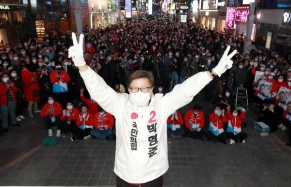 박형준 국민의힘 부산시장 후보가 지난 6일 부산 서면에서 열린 유세에서 2번을 가리키고 있다. /사진=연합뉴스