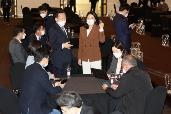 더불어민주당 초선의원들이 지난 9일 서울 여의도 국민일보빌딩에서 열린 4·7 재보선 참패에 따른 쇄신 방안 논의를 위한 간담회에서 인사를 나누고 있다. /사진=연합뉴스