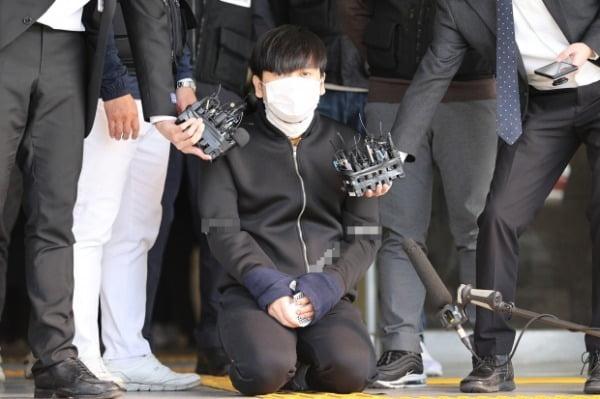 서울 노원구 아파트에서 '세 모녀'를 살해한 혐의를 받는 김태현이 9일 오전 검찰로 송치되기 위해 서울 도봉경찰서에서 나와 무릎을 꿇고 사죄하고 있다/사진=연합뉴스