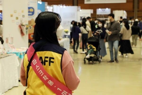 지난 11일 삼성동 코엑스에서 열린 'K-일러스트레이션 페어'에서 관계자가 마스크 착용을 안내하고 있다. /사진=연합뉴스