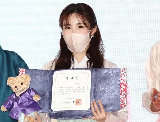 한복사랑 감사장 수여자들 / 사진=연합뉴스