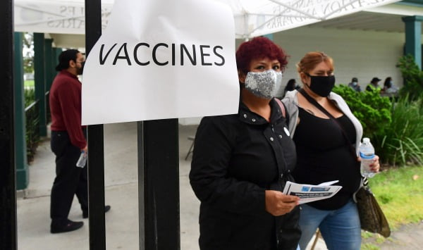 미국 시민들이 13일(현지시간) 백신을 맞기 위해 미국 캘리포니아주 로스앤젤레스의 임시 접종소에 들어서고 있다. AFP연합뉴스