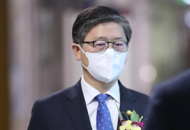 변창흠 국토교통부 장관이 16일 오후 세종시 정부세종청사에서 열린 퇴임식 행사장으로 향하고 있다. /사진=연합뉴스
