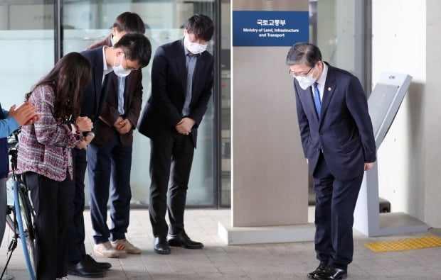 퇴임식을 마친 변창흠 국토교통부 장관이 정부세종청사를 떠나며 직원들과 인사하고 있다. /사진=연합뉴스