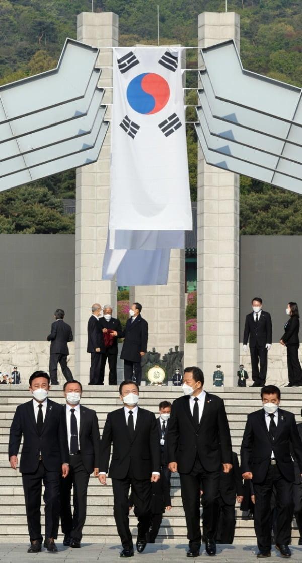 문재인 대통령이 19일 오전 서울 강북구 국립 4.19 민주묘지에서 참배를 마친 뒤 퇴장하고 있다. /사진=연합뉴스
