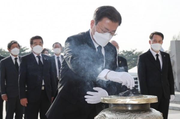 문재인 대통령이 19일 오전 서울 강북구 국립 4.19 민주묘지 기념탑에서 분향하고 있다. /사진=연합뉴스