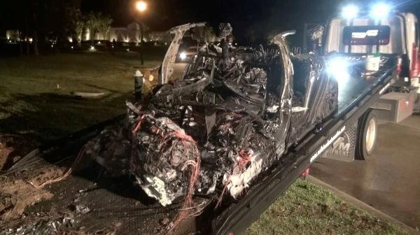 지난 17일(현지시간) 미국 텍사스주 북부의 우드랜드 지역에서 전소된 테슬라 차량이 옮겨지고 있다. 로이터연합뉴스