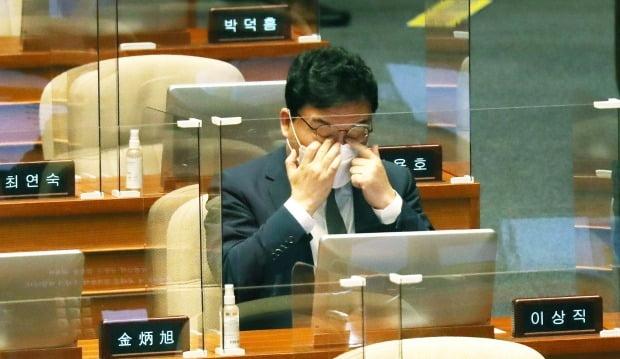 이스타항공 창업주로서 횡령·배임 혐의를 받는 무소속 이상직 의원이 21일 국회 본회의에 참석하고 있다. 이날 이 의원에 대한 체포동의안은 가결됐다. (사진=연합뉴스)