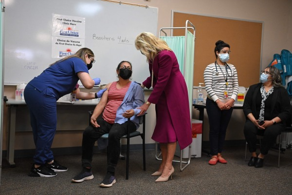 조 바이든 미국 대통령의 부인 질 바이든 여사(왼쪽 세번째)가 21일(현지시간) 뉴멕시코주 앨버쿼크의 백신 접종소를 방문하고 있다. AFP연합뉴스
