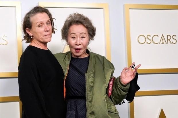 '노매드랜드'로 오스카 여우주연상을 수상한 프란시스 맥도맨드와 '미나리'로 여우조연상을 수상한 윤여정(오른쪽) 사진=REUTERS
