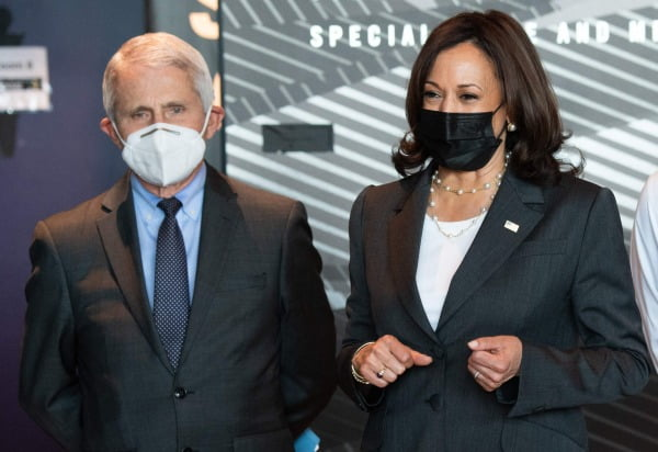 카멀라 해리스 미국 부통령(오른쪽)과 앤서니 파우치 국립알레르기·전염병연구소 소장이 29일(현지시간) 메릴랜드주 볼티모어의 한 백신 접종소를 방문하고 있다. AFP연합뉴스