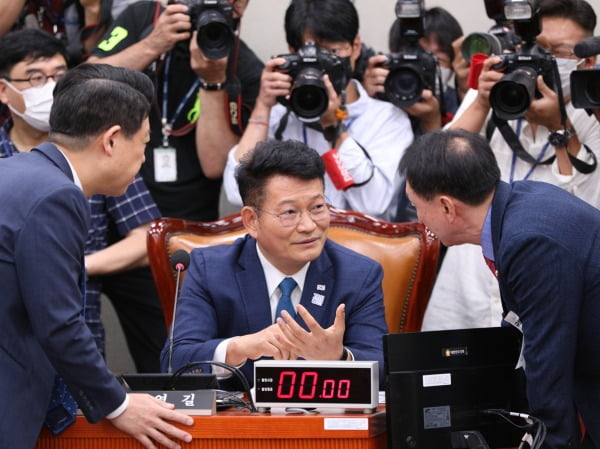 여야 간사와 논의하고 있는 송영길 외교통일위원장. 사진=뉴스1
