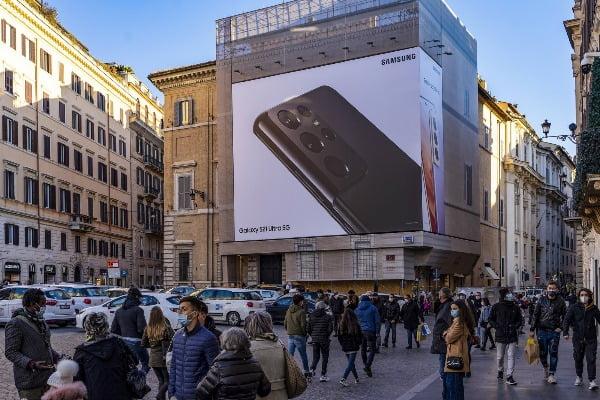 이탈리아 로마 스페인 광장(Piazza di Spagna)에 설치된 '갤럭시 S21' 옥외 광고 모습/사진제공=삼성전자