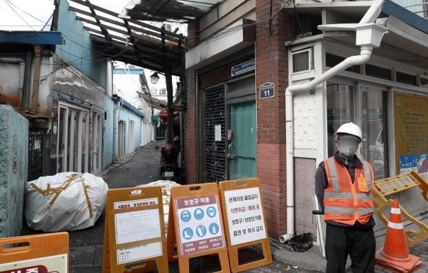 지난 3월 경기도 수원시 팔달구 수원역 성매매 집결지 소방도로 개설 사업을 위한 석면 제거 공사가 진행되고 있다. /사진=뉴스1