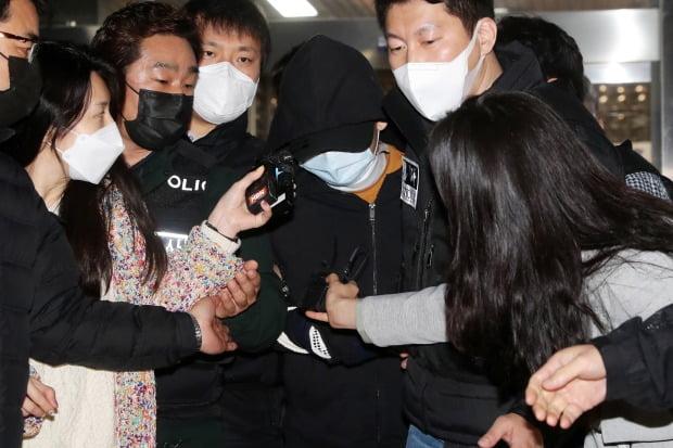 서울 노원구 중계동의 한 아파트에서 세 모녀를 살해한 혐의를 받는 A씨가 3일 오후 서울 노원구경찰서에서 피의자 신분으로 조사를 받은 뒤 경찰서를 나서고 있다.(사진=뉴스1)