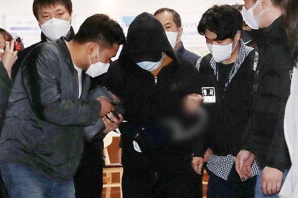 서울 노원구 중계동의 한 아파트에서 세 모녀를 살해한 혐의를 받는 김태현이 3일 오후 서울 노원구경찰서에서 피의자 신분으로 조사를 받은 뒤 유치장으로 향하고 있다. 사진=뉴스1