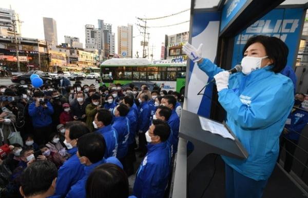 박영선 더불어민주당 서울시장 후보가 5일 서울 관악구 신림역사거리에서 집중유세를 갖고 지지를 호소하고 있다. /사진=뉴스1
