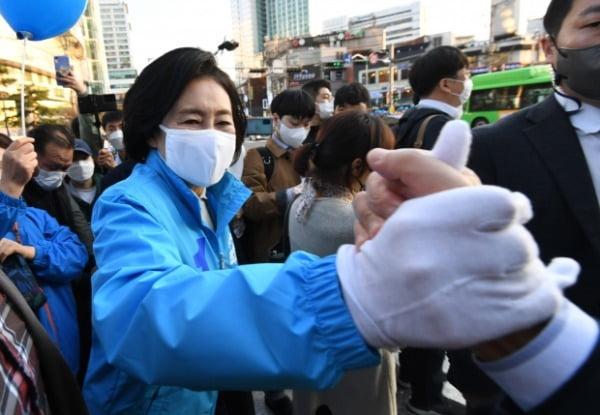 박영선 더불어민주당 서울시장 후보가 지난 5일 서울 관악구 신림역사거리에서 집중유세를 갖고 시민들과 인사를 나누고 있다. /사진=뉴스1