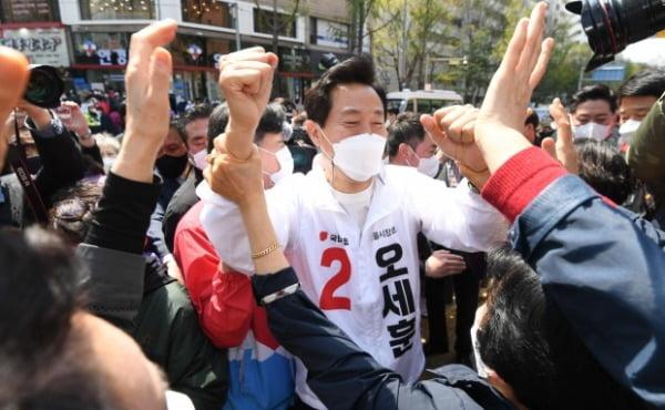 오세훈 국민의힘 서울시장 후보가 4.7 재보궐선거 공식 선거운동 마지막 날인 6일 오후 서울 노원구 상계백병원 사거리에서 시민들과 인사를 나누고 있다. /사진=뉴스1