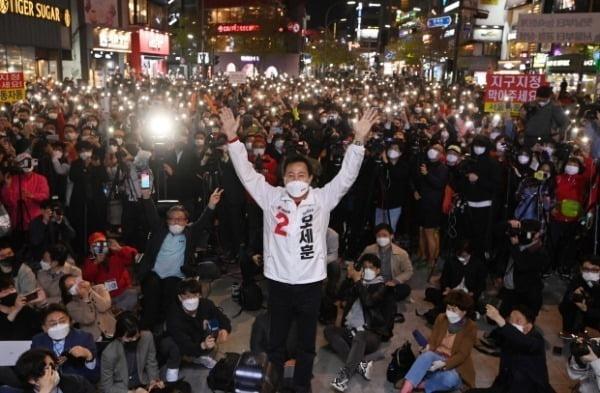 지난 6일 당시 오세훈 국민의힘 서울시장 후보가 서울 서대문구 현대백화점 유플렉스 앞에서 열린 집중유세에서 지지를 호소하고 있다. /사진=뉴스1