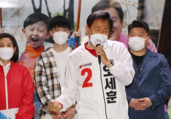 오세훈 국민의힘 서울시장 후보가 6일 서울 서대문구 신촌거리에서 열린 마지막 거리유세에서 지지를 호소하고 있다. /사진=뉴스1