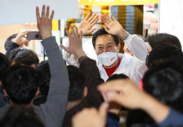 오세훈 국민의힘 서울시장 후보가 지난 6일 서울 서대문구 신촌거리에서 열린 마지막 거리유세에서 지지를 호소하고 있다. /사진=뉴스1